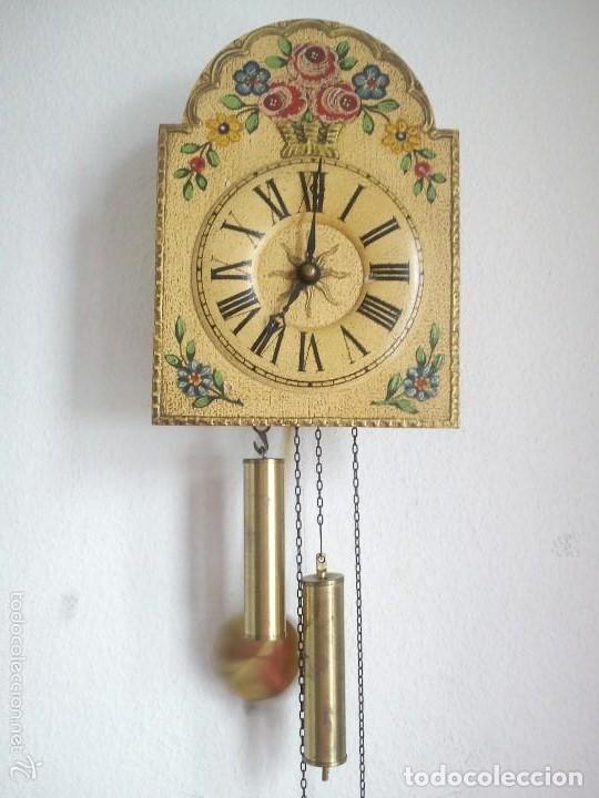 Relojes de pared: Precioso reloj de pared de carga manual estilo selva negra.decorado con flores y fondo blanco roto - Foto 9 - 152216498