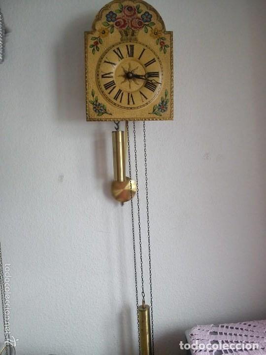 Relojes de pared: Precioso reloj de pared de carga manual estilo selva negra.decorado con flores y fondo blanco roto - Foto 13 - 152216498