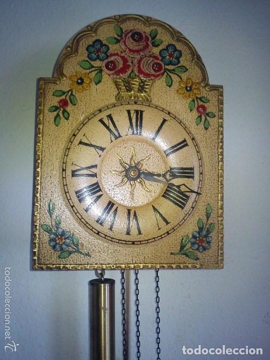 Relojes de pared: Precioso reloj de pared de carga manual estilo selva negra.decorado con flores y fondo blanco roto - Foto 14 - 152216498