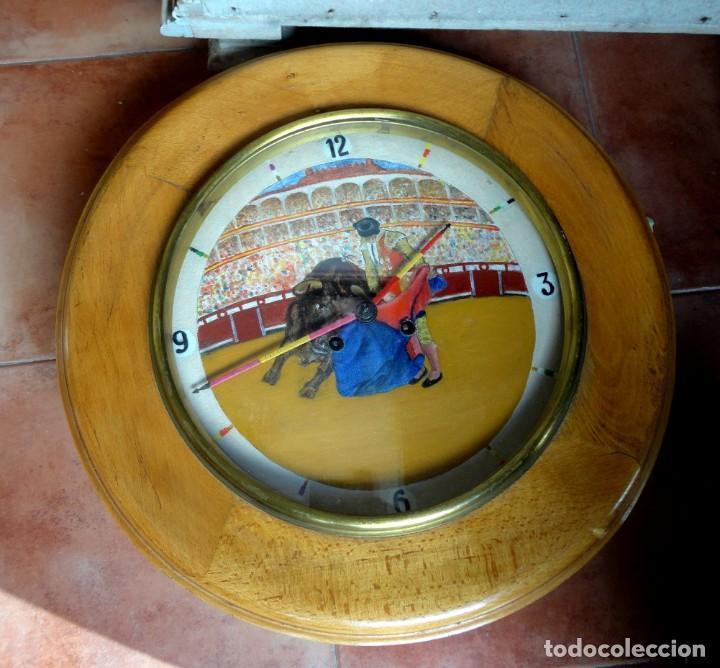 RELOJ OJO DE BUEY, ANTIGUO CON MOTIVOS TAURINOS , TORERO, TORO, MULETA, LAS AGUJAS BANDERILLAS (Relojes - Pared Carga Manual)