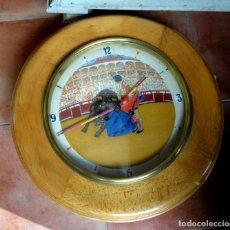 Relojes de pared: RELOJ OJO DE BUEY, ANTIGUO CON MOTIVOS TAURINOS , TORERO, TORO, MULETA, LAS AGUJAS BANDERILLAS. Lote 152443338