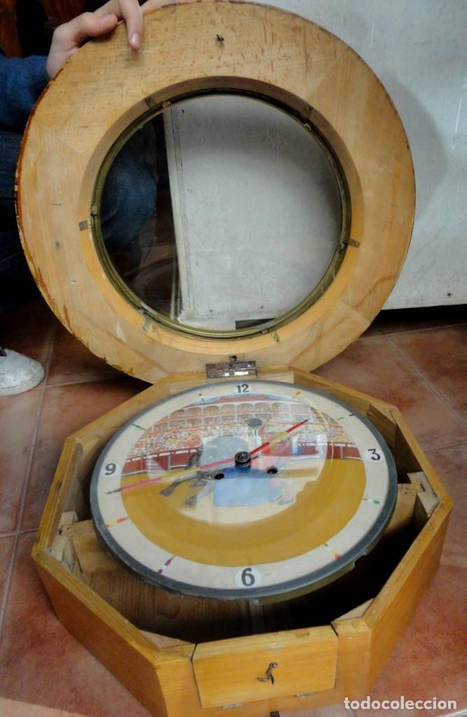 Relojes de pared: Reloj ojo de Buey, antiguo con motivos taurinos , torero, toro, muleta, las agujas banderillas - Foto 2 - 152443338