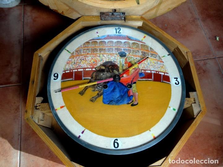 Relojes de pared: Reloj ojo de Buey, antiguo con motivos taurinos , torero, toro, muleta, las agujas banderillas - Foto 3 - 152443338