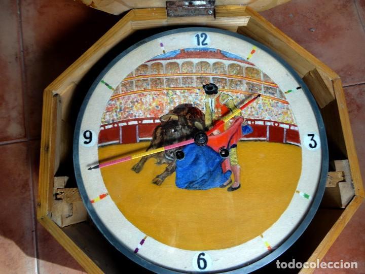 Relojes de pared: Reloj ojo de Buey, antiguo con motivos taurinos , torero, toro, muleta, las agujas banderillas - Foto 4 - 152443338