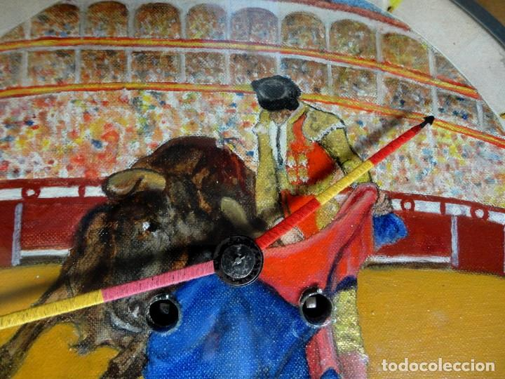 Relojes de pared: Reloj ojo de Buey, antiguo con motivos taurinos , torero, toro, muleta, las agujas banderillas - Foto 5 - 152443338
