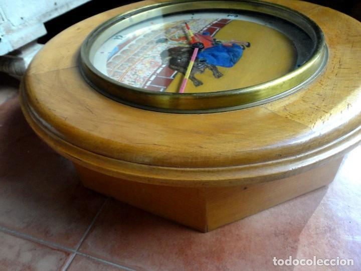 Relojes de pared: Reloj ojo de Buey, antiguo con motivos taurinos , torero, toro, muleta, las agujas banderillas - Foto 6 - 152443338