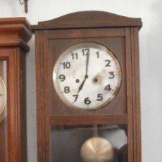 Relojes de pared: ANTIGUO RELOJ CUERDA MECÁNICO MANUAL LLAVE ANTIGUO DE PARED ALEMÁN CON PÉNDULO Y CAMPANADAS AÑO 1940. Lote 152586138
