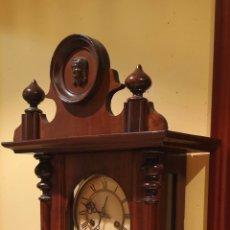Relojes de pared: ANTIGUO RELOJ DE PARED R A EN MADERA DE ROBLE ARTESANALMENTE TALLADO A MANO CON RELIEVES. Lote 153413333