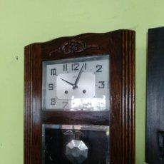 Relojes de pared: RELOJ DE PARED EN MADERA DE ROBLE FUNCIONANDO.. Lote 153598734