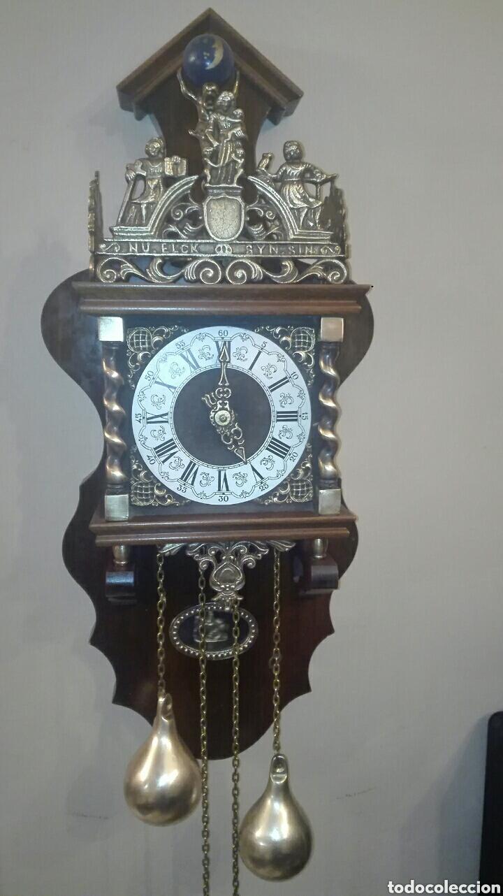 ANTIGUO RELOJ DE PARED, HOLANDES, EL MÁS GRANDE DE SU SERIE, ESTÁ COMPLETO Y FUNCIONANDO. (Relojes - Pared Carga Manual)