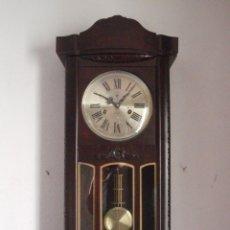 Relojes de pared: RELOJ ANTIGUO DE PARED MECÁNICO CON SU PÉNDULO - LA CUERDA DURA 31 DÍAS DA SUS CAMPANADAS Y FUNCIONA. Lote 155996874