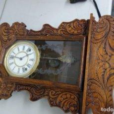 Relojes de pared: RELOJ DE PARED HECHO EN MADERA CON MECANISMO A CUERDA FUNCIONA PERFECTAMENTE . Lote 155999226
