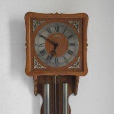 Relojes de pared: RELOJ ANTIGUO DE PARED ALEMÁN CON SU SISTEMA DE PESAS Y PÉNDULO, FUNCIONA BIEN Y DA SUS CAMPANADAS. Lote 156387594