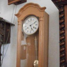 Relojes de pared: ANTIGUO RELOJ CUERDA MECÁNICO MANUAL LLAVE ANTIGUO DE PARED ALEMÁN CON PÉNDULO AÑO 1950/60 FUNCIONA. Lote 156562450
