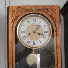 Relojes de pared: ANTIGUO RELOJ MECÁNICO MANUAL A LLAVE DE PARED CON PÉNDULO SOVIÉTICO URSS RUSO RUSIA CON CAMPANADAS. Lote 156562726