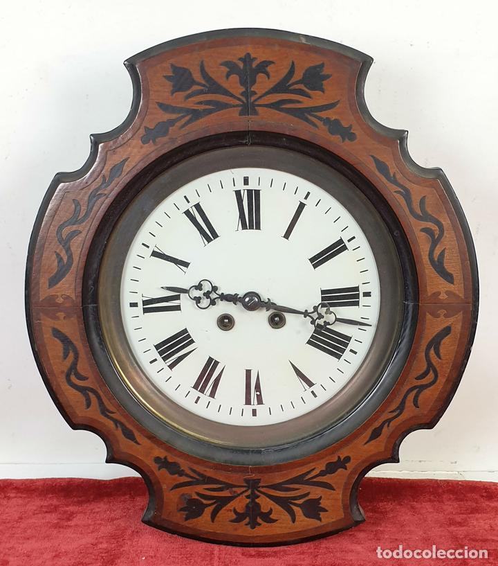 RELOJ DE PARED. OJO DE BUEY. ESTILO ISABELINO. MADERA CON MARQUETERÍA. SIGLO XIX. (Relojes - Pared Carga Manual)