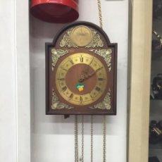Relojes de pared: RELOJ SALÓN CON PÉNDULO Y PESAS. Lote 159205722