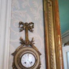 Relojes de pared: RELOJ SIGLO XIX ORIGINAL CON ESFERA FLOREADA ESMALTADA 45X20X10 CTMS. Lote 159850794