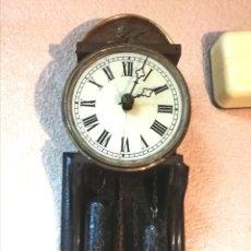 Relojes de pared: MOVIMIENTO DE RELOJ RATERA S XIX. SONERIA Y MONTADO SOBRE PEANA ANTIGUA.. Lote 160206637
