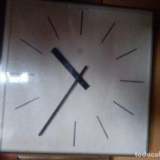 Relojes de pared: RELOJ DE PARED ELÉCTRICO DE IMPULSOS, ADAPTABLE MAQUINARIA DE PILAS, CUADRADO DE 42 CM.. Lote 160653378