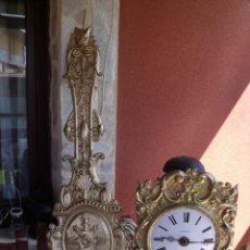 Relojes de pared: PRECIOSO RELOJ MOREZ DE PESAS CON DESPERTADOR- AÑO 1880- FRONTAL MOTIVOS GRIEGOS- LOTE 186. Lote 161986714