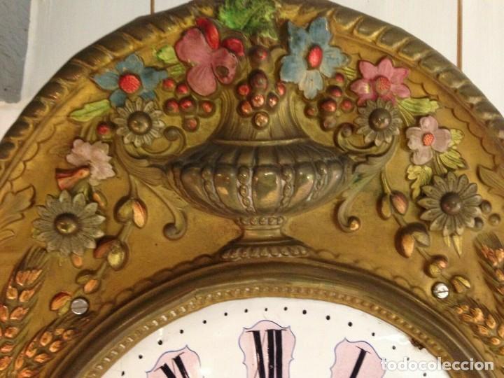 Relojes de pared: PRECIOSO RELOJ MOREZ POLICROMADO CON PENDULO REAL- AÑO 1880-FUNCIONAL-REPITE HORAS- lote 186 - Foto 8 - 162098882