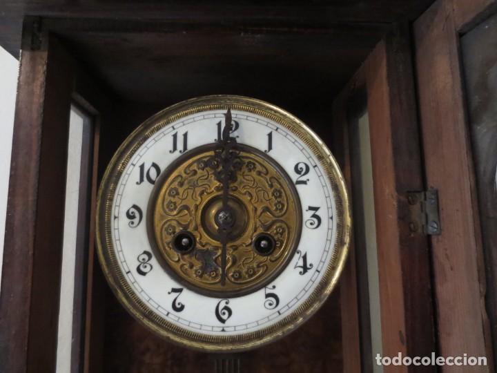 RELOJ DE PARED DE CARGA MANUAL - 55 X 28 X 15 CM . MUY ANTIGUO. (Relojes - Pared Carga Manual)