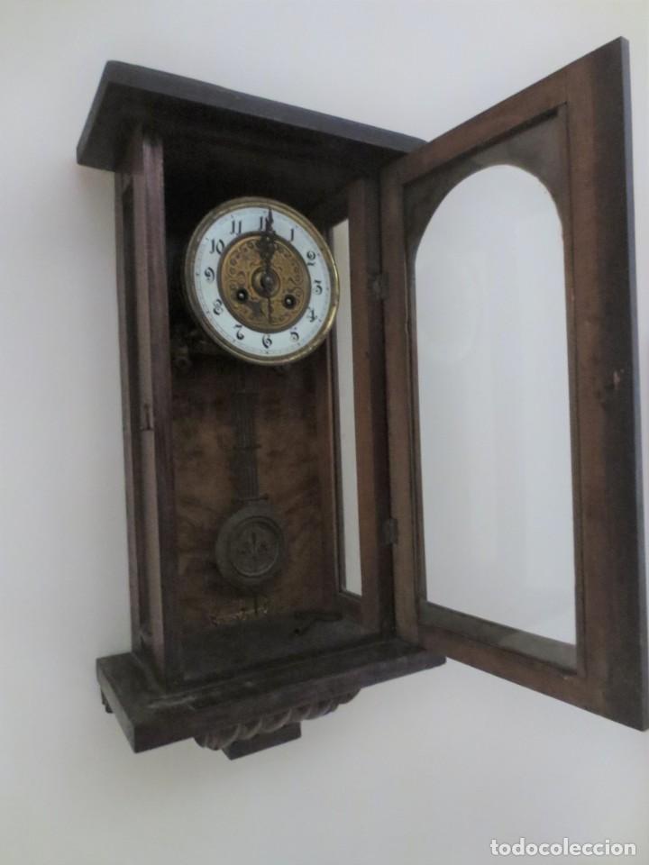 Relojes de pared: RELOJ DE PARED DE CARGA MANUAL - 55 X 28 X 15 cm . MUY ANTIGUO. - Foto 2 - 162306886