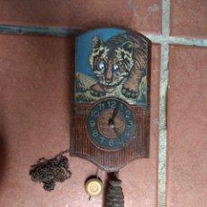 Relojes de pared: ANTIGUO RELOJ DE MADERA TIPO CUCO - TIGRE OJOS MÓVILES -. Lote 162958588