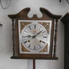 Relojes de pared: RELOJ ANTIGUO DE PARED MECÁNICO CON SU PÉNDULO - LA CUERDA DURA 31 DÍAS DA SUS CAMPANADAS Y FUNCIONA. Lote 164255682
