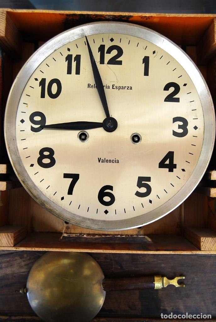 Relojes de pared: ANTIGUO RELOJ DE PARED CARGA MANUAL PUBLICIDAD RELOJERÍA ESPARZA VALENCIA AÑOS 30. - Foto 2 - 169571828