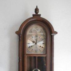 Relojes de pared: RELOJ ANTIGUO DE PARED MECÁNICO CON SU PÉNDULO - LA CUERDA DURA 31 DÍAS DA SUS CAMPANADAS Y FUNCIONA. Lote 170974310