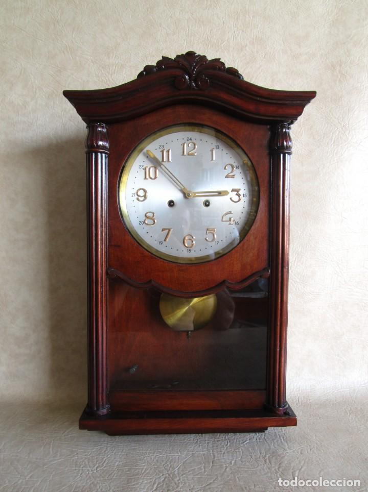 ANTIGUO RELOJ PARED CAJA MADERA RESTAURADO FUNCIONA! (Relojes - Pared Carga Manual)