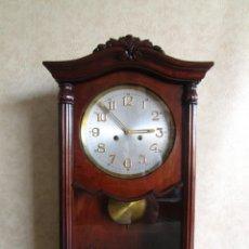 Relojes de pared: ANTIGUO RELOJ PARED CAJA MADERA RESTAURADO FUNCIONA!. Lote 171450212