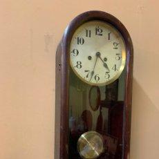 Relojes de pared: PRECIOSO RELOJ DE PARED, CARGA MANUAL, FUNCIONA, PRECIOSO SONIDO. 60CMS DE ALTURA. Lote 172247853