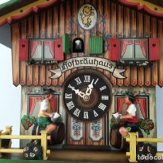 Relojes de pared: ORIGINAL RELOJ DE CUCO SELVA NEGRA, --HOFBRÄUHAUS -- AUTÓMATA DE MÚSICA, FIGURAS MOVIBLES, AÑO 1975. Lote 172609124