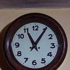 Relojes de pared: RELOJ DE PARED REDONDO OJO DE BUEY CON NUMEROS ARABIGOS TOCA MEDIAS Y HORAS FUNCIONANDO. Lote 172825193