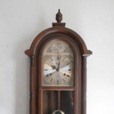 Relojes de pared: RELOJ ANTIGUO DE PARED MECÁNICO CON SU PÉNDULO - LA CUERDA DURA 31 DÍAS DA SUS CAMPANADAS Y FUNCIONA. Lote 173415492