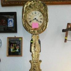 Relojes de pared: MAGNÍFICO RELOJ MOREZ DE PÉNDULO REAL. LATONADO ALTO.. Lote 173537920
