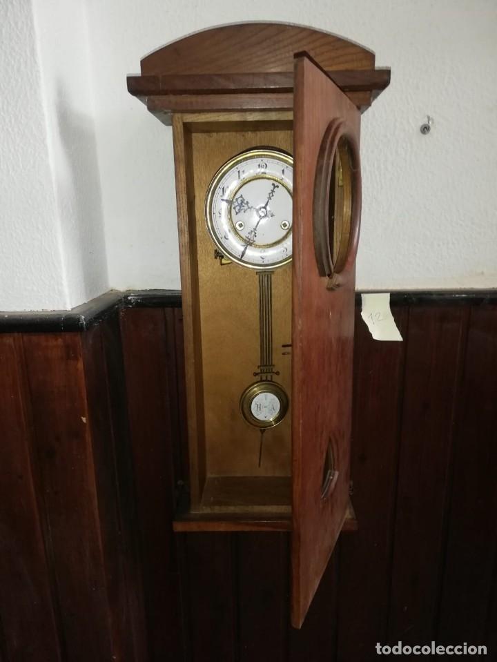 MAGNÍFICO RELOJ PORCELANA DE PÉNDULO EN CAJA MADERA 64 ALTO X 23,5 ANCHO X 10 CM.FONDO. (Relojes - Pared Carga Manual)