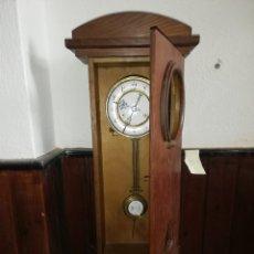 Relojes de pared: MAGNÍFICO RELOJ PORCELANA DE PÉNDULO EN CAJA MADERA 64 ALTO X 23,5 ANCHO X 10 CM.FONDO.. Lote 173670627