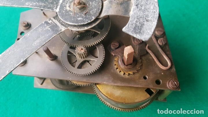 Relojes de pared: ANTIGUA MAQUINARIA FRANCESA DE RELOJ DE PARED MARCA ODO PARA REPARAR O DESPIECE 13x11 cm - Foto 3 - 173850073