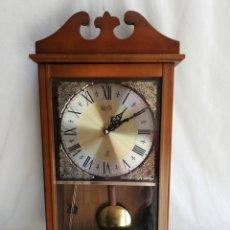 Relojes de pared: RELOJ DE PARED MANUAL EN MADERA CON PENDULO I. MARCA JAZ. MADE IN JAPAN. PARA REPARACION. DESPIECE.. Lote 183389036