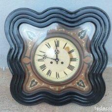 Relojes de pared: RELOJ MADERA MUY ANTIGÜO DE PARED 50X50. Lote 174041039