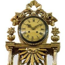 Relojes de pared: ELEGANTE RELOJ DE PARED, DE MADERA Y PAN DE ORO, ORIGEN SUECO, FUNCIONANDO PERFECTAMENTE. Lote 174092539