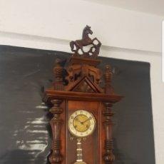 Relojes de pared: RELOJ ANTIGUO DE MADERA CASI A ESTRENAR MUY DETALLADO FUNCIONA ALTA COLECCIÓN . Lote 174301139
