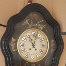 Relojes de pared: RELOJ OJO BUEY ANTIGUO MOTIVOS CHINESCOS DETALLES DE NÁCAR Y PINTURAS BUEN ESTADO RARÍSIMO FUNCIONA . Lote 174324217