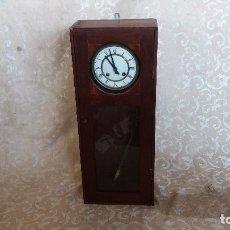 Relojes de pared: CAJA DE MADERA Y MECANISMO DE RELOJ DE PARED, PARA DESPIECE O RESTAURACIÓN, 64 X 25 X 14 CMS.. Lote 175716667