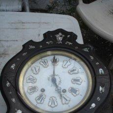 Relojes de pared: MUY ANTIGUO RELOJ OJO DE BUEY CON INCRUSTACIONES DE NACAR MEDIADOS SIGLO XIX. Lote 175949507