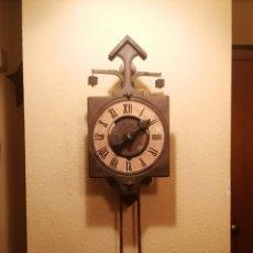 Relojes de pared: RELOJ DE PARED ESTILO MEDIEVAL CON PESAS DE PIEDRA.PRACTICAMENTE NUEVO EN SU CAJA.EN FUNCIONAMIENTO.. Lote 176027163